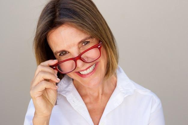 Femme d'affaires heureux tenant des lunettes Photo Premium