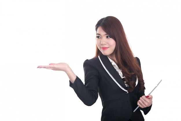 Femme d'affaires intelligente confiante et souriante pointant ou présentant sur la surface Photo Premium