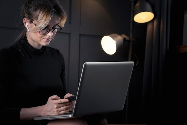 Femme D'affaires Intelligente Travaillant Sur Son Ordinateur Portable Photo gratuit