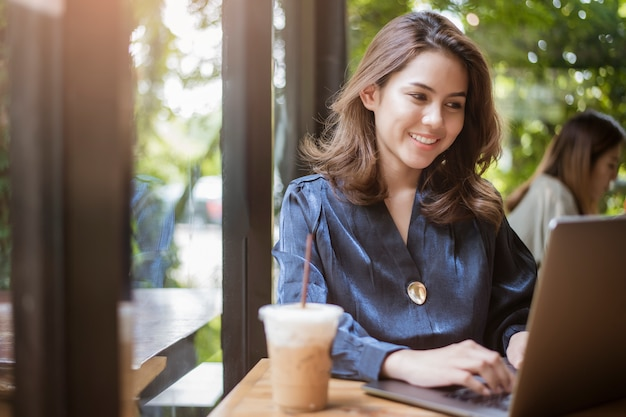 Femme d'affaires intelligente travaille avec l'ordinateur Photo Premium