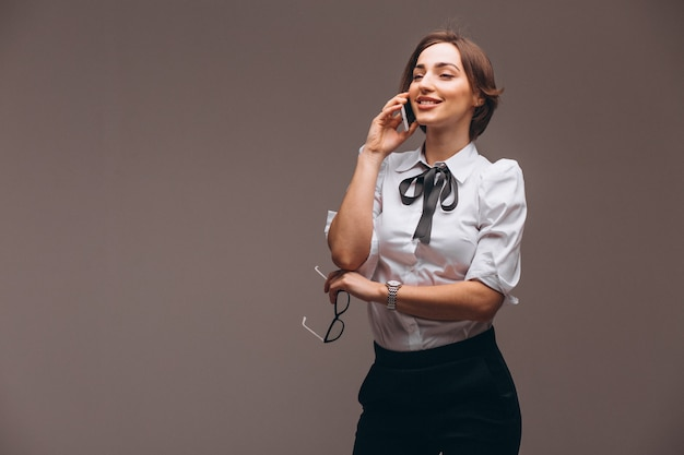 Femme d'affaires isolée parlant au téléphone Photo gratuit