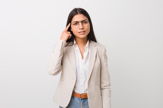 Femme d'affaires jeune arabe isolé blanc montrant un geste de déception avec l'index. Photo Premium