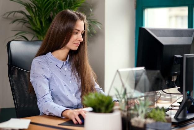 Femme D'affaires Jeune Travaillant à L'ordinateur Dans Le Bureau Moderne. Photo Premium