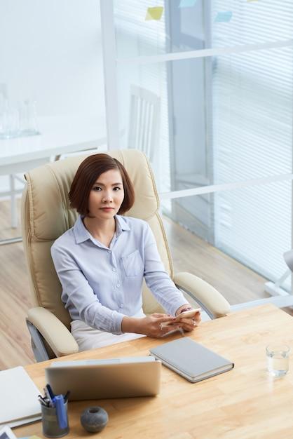 Femme d'affaires sur le lieu de travail Photo gratuit