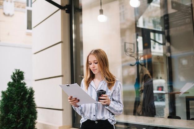Femme d'affaires lisant des documents Photo gratuit