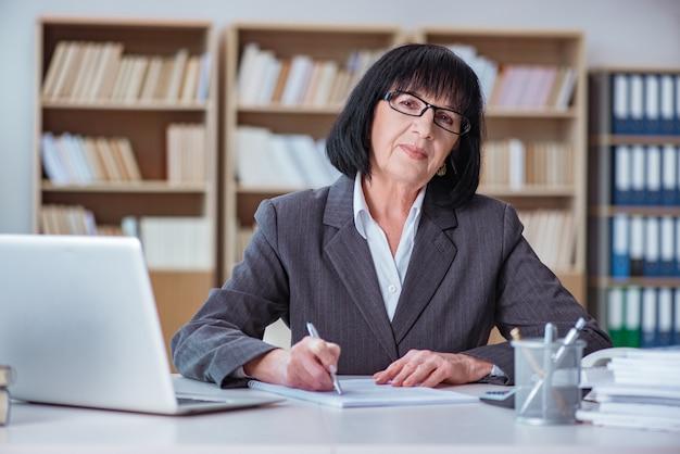 Femme D'affaires Mature Travaillant Au Bureau Photo Premium