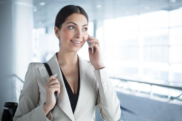 Femme d'affaires mobile parlant au téléphone Photo Premium