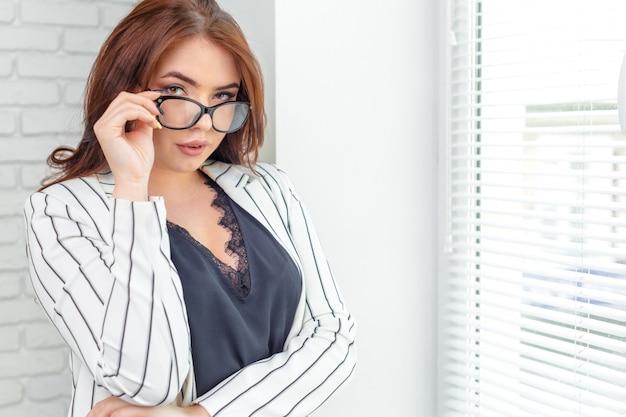 Femme d'affaires moderne au bureau avec espace de copie Photo Premium
