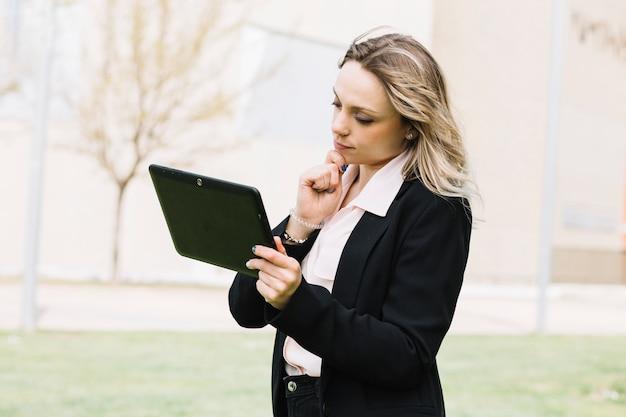 Femme d'affaires moderne avec un ordinateur portable à l'extérieur Photo gratuit