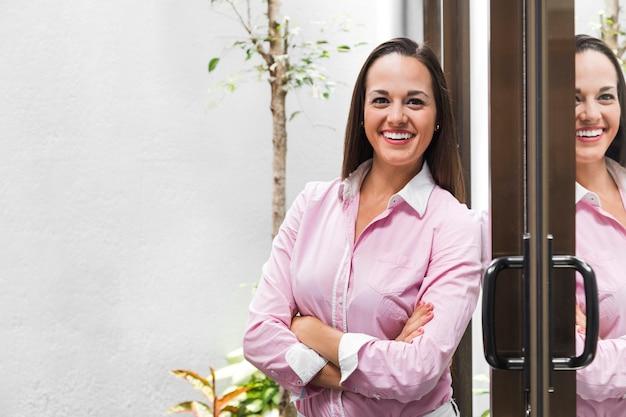 Femme d'affaires moyen coup à l'extérieur Photo gratuit