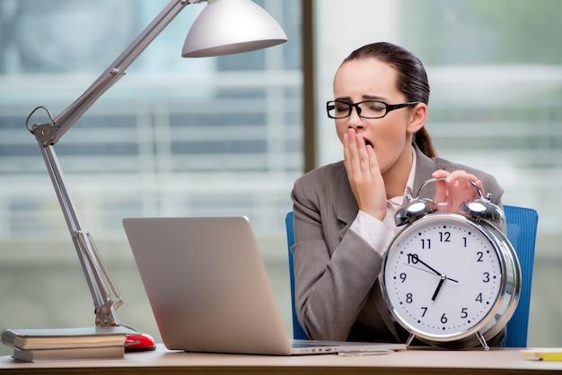 Femme d'affaires ne respectant pas les délais exigeants Photo Premium