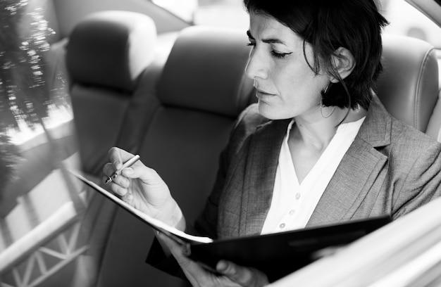 Femme affaires, occupé, voiture travail, à l'intérieur Photo gratuit