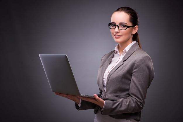 Femme d'affaires avec ordinateur portable au concept d'entreprise Photo Premium