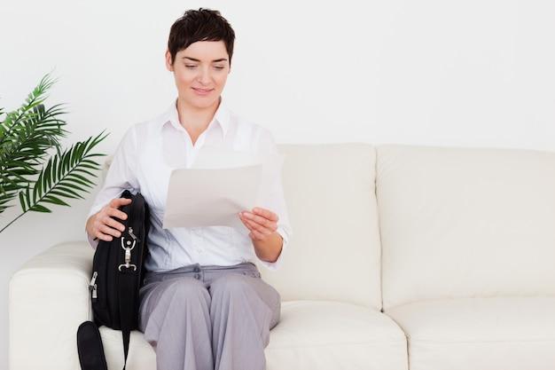 Femme D'affaires Avec Un Papier Et Un Sac Photo Premium