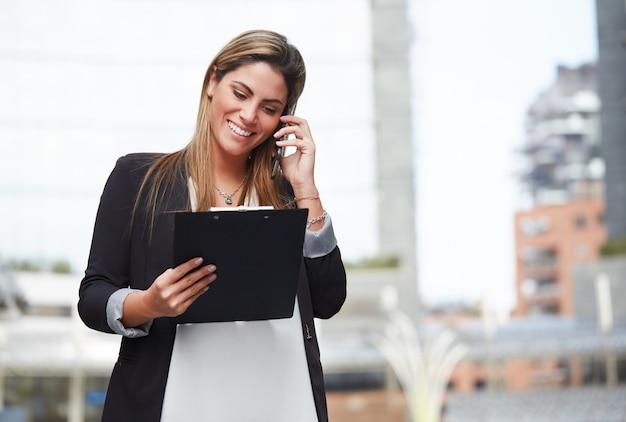Femme d'affaires parlant au mobile en milieu urbain Photo Premium
