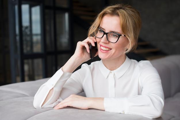 Femme d'affaires parlant au téléphone Photo gratuit