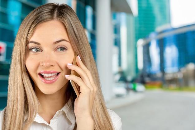 Femme d'affaires parlant sur son téléphone portable Photo Premium