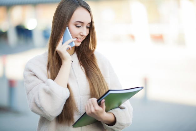 Femme d'affaires parlant sur un téléphone mobile Photo Premium