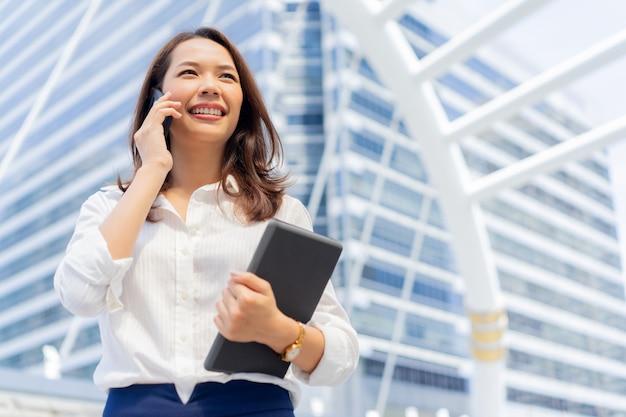 Femme Affaires, Parler, Client, Dehors, Ville, Fond, Affaires, Concept Photo Premium