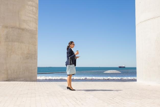 Femme d'affaires passant sa pause-café en bord de mer Photo gratuit