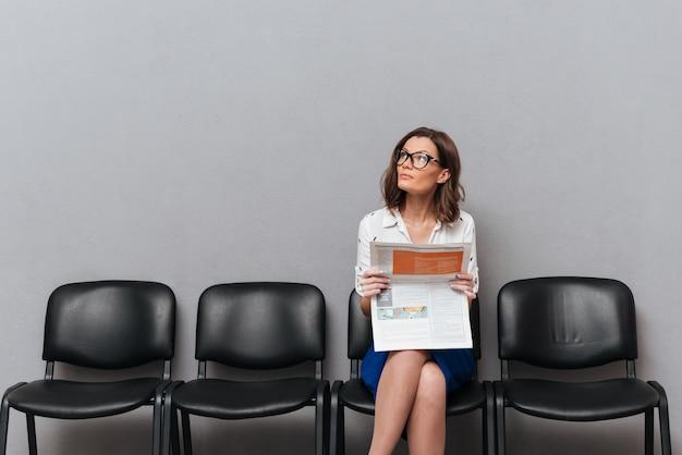 Femme D'affaires Pensif à Lunettes Assis Sur Des Chaises Photo gratuit