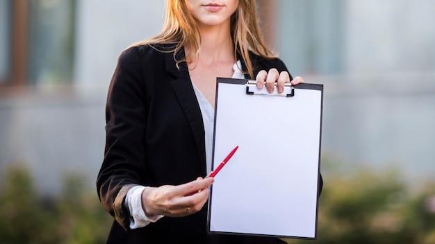 Femme affaires, pointant presse-papiers, copie, espace Photo gratuit