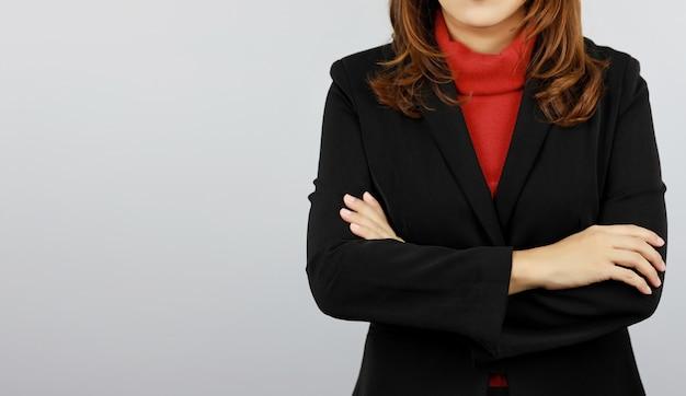 Femme D'affaires Portant L'uniforme De Costume Noir Et Rouge Avec Confiance Photo Premium