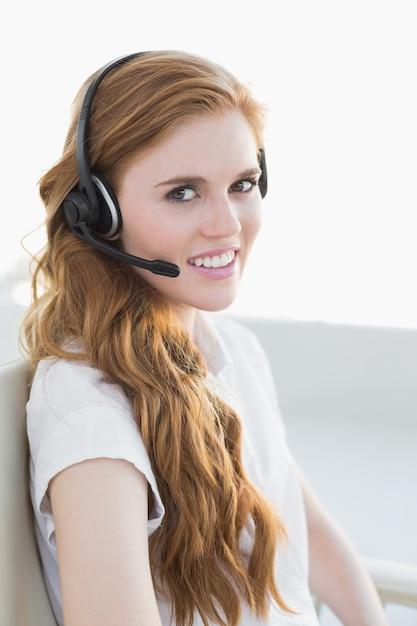 Femme affaires, porter, casque à écouteurs, bureau Photo Premium