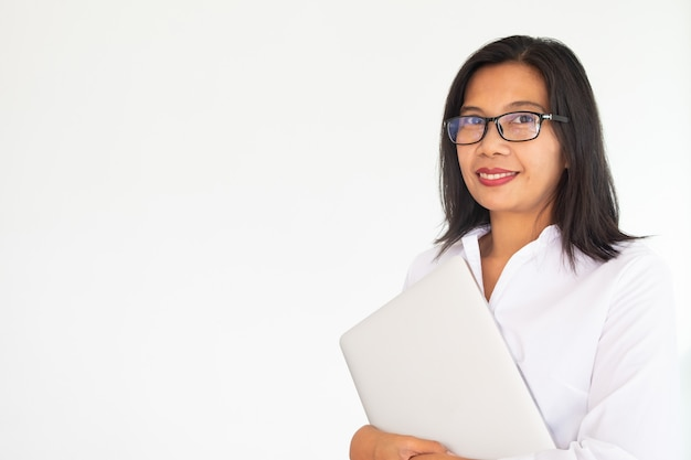 Femme affaires, porter, lunettes, tenue, cahier labtop, sur, fond blanc Photo Premium