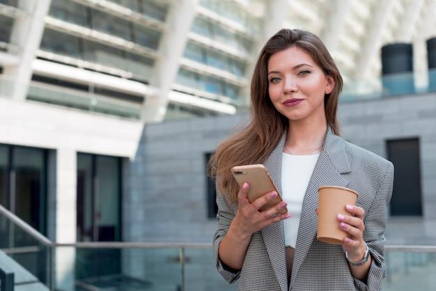 Femme d'affaires posant dans la rue Photo gratuit