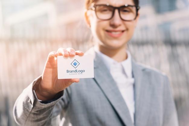 Femme d'affaires présentant une carte de visite Photo gratuit