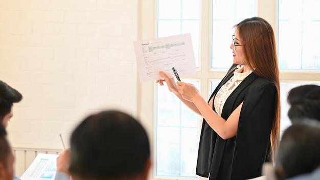 Femme d'affaires présentant une entreprise de données Photo Premium