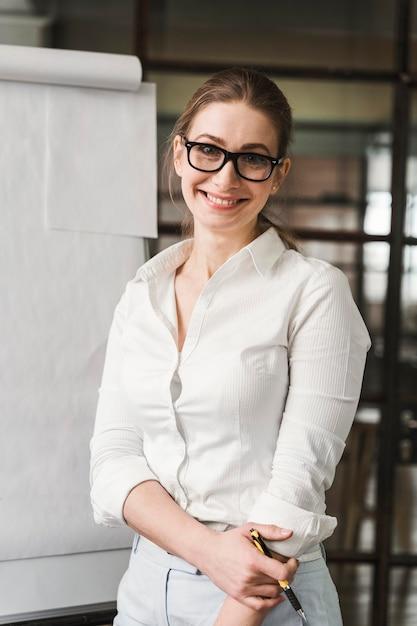 Femme D'affaires Professionnelle Smiley Avec Des Lunettes Faisant Une Présentation Photo gratuit