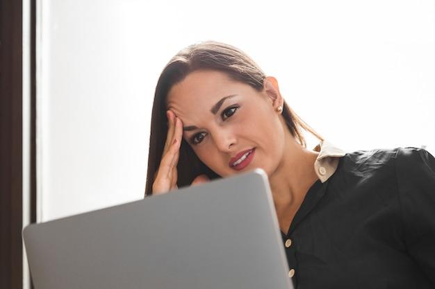 Femme d'affaires à la recherche de stressé dans son travail Photo gratuit