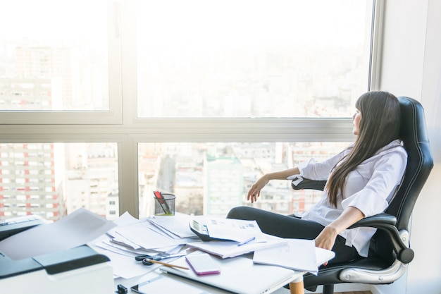 Femme affaires, regarder dehors, fenêtre, séance, bureau Photo gratuit