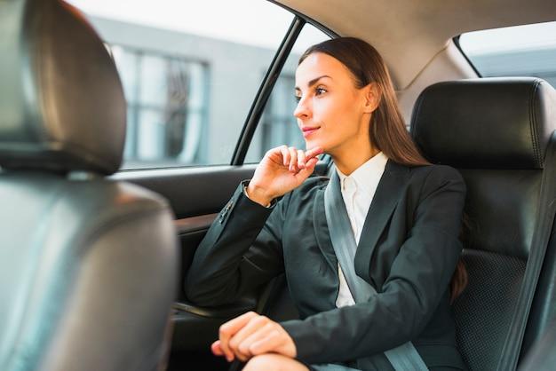 Femme affaires, regarder, par, fenêtre, voyager, en voiture Photo gratuit