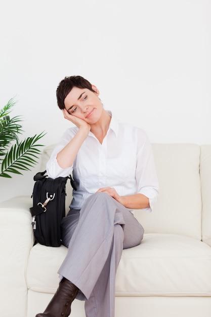 Femme D'affaires Sans Patient Avec Un Papier Et Un Sac Photo Premium