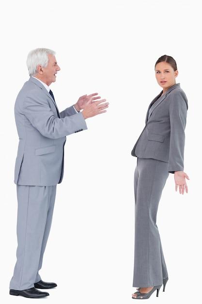 Femme D'affaires Se Faire Accuser Par Un Collègue Photo Premium