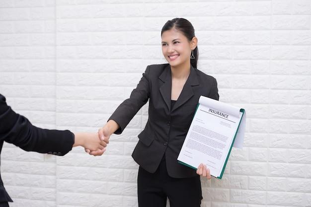 Femme d'affaires se voient offrir un emploi sous forme de graphique au bureau Photo gratuit