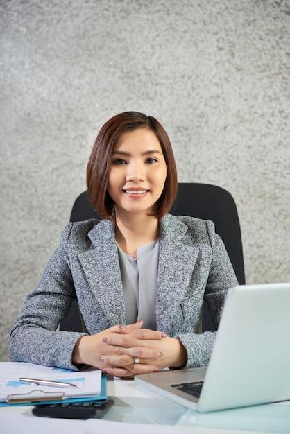 Femme Affaires, Séance, Elle, Lieu De Travail Photo gratuit