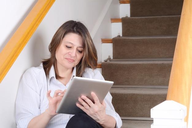 Femme affaires, séance, escaliers, tablette Photo Premium