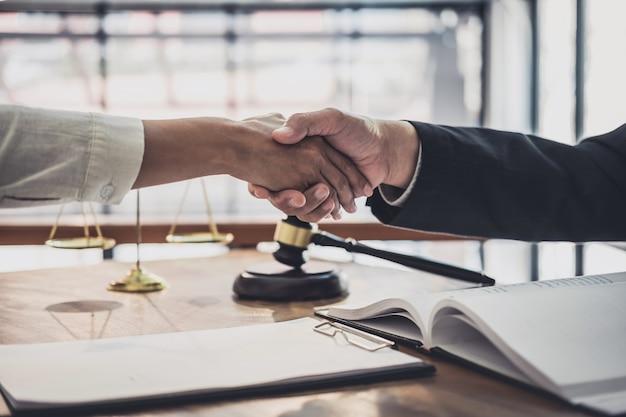 Femme d'affaires serrant la main d'un avocat professionnel après avoir discuté de la bonne affaire d'un contrat Photo Premium