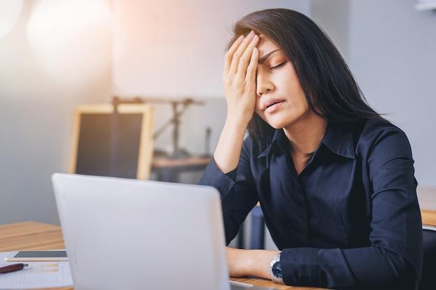 Femme d'affaires stressante au bureau fatiguée et ennuyée. Photo Premium