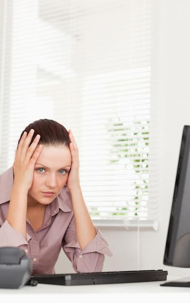 Une Femme D'affaires Stressée Au Bureau Photo Premium