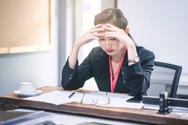 Femme d'affaires stressée et inquiète de l'erreur de travail Photo Premium