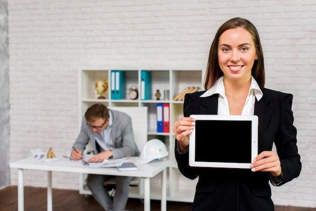 Femme d'affaires tenant une maquette de tablette Photo gratuit