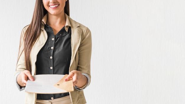 Femme d'affaires tenant des papiers avec fond blanc Photo gratuit
