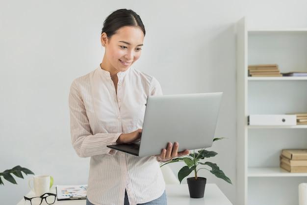 Femme affaires, tenue, ordinateur portable Photo gratuit