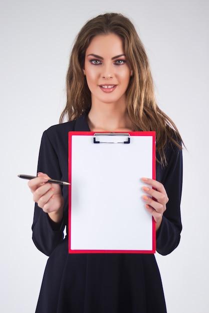 Femme affaires, tenue, presse-papiers, stylo, copie, espace, isol Photo gratuit