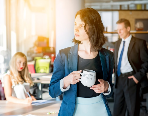 Femme Affaires, Tenue, Tasse Café Photo gratuit